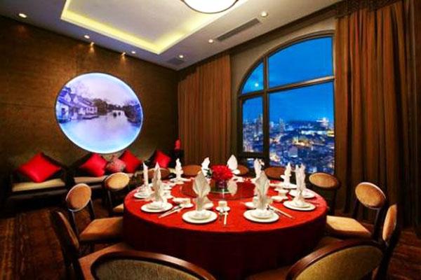 在进入崭新的2015 年,澳门十六浦索菲特酒店自豪地宣布 So SPA with LOCCITANE 已成立一周年,并于 2014 年11月举办了LOCCITANE 香氛工作坊以及与 LOCCITANE 合作举办了一系列推广活动,为索菲特奢华酒店和 LOCCITANE 两大法国品牌的合作编写重要一章。 So FIT健身中心最近进行了全面提升,引进世界著名健身器材品牌 (Technogym) 泰诺健设计的先进带氧运动及力量训练器材,提供一整套高效健身方法以及运动健身概念塑身美态,强化背部