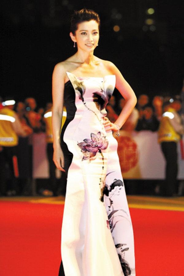 郭培1986年毕业于北京二轻工业学校服装设计专业