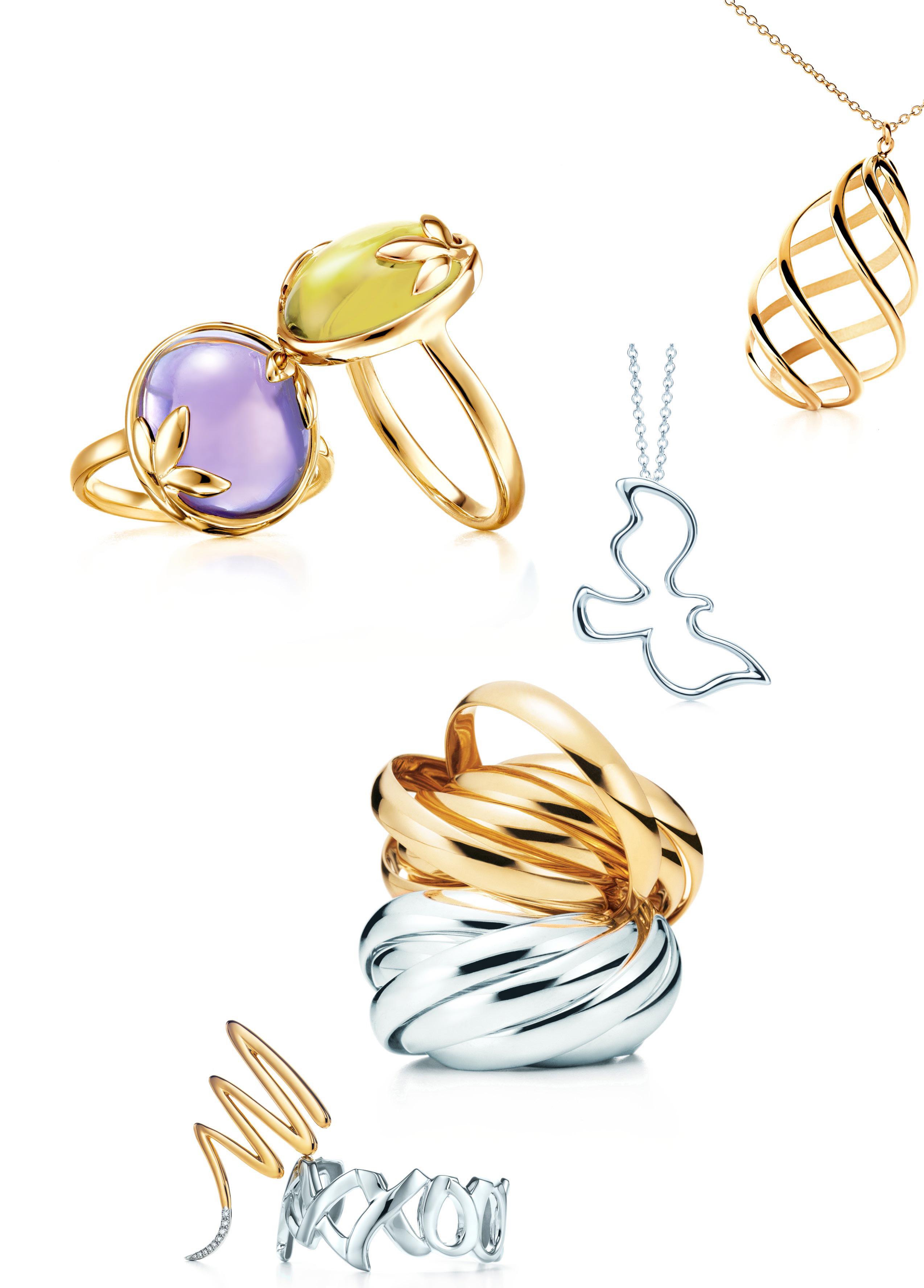 帕洛玛为蒂芙尼设计多个系列   1979年,她应蒂芙尼设计总监John Loring之邀为蒂芙尼的一次展会设计展台背景。一年后,帕洛玛的首个专属珠宝系列在蒂芙尼隆重面世。帕洛玛是一位名副其实的艺术家,她运用光泽鲜丽的彩色宝石大胆开创了独树一帜的设计风格,因此而名声大噪。
